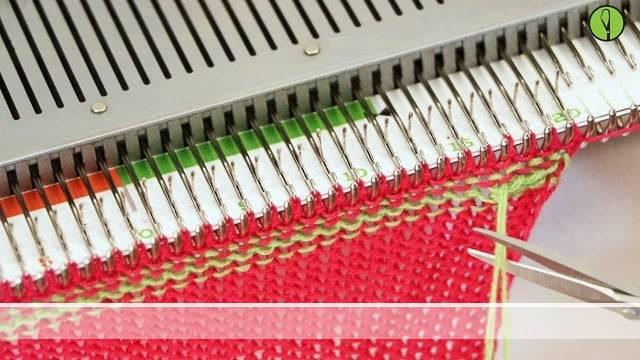 Vorschaubild Fäden vernähen an der Strickmaschine